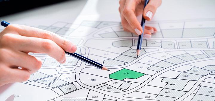 manos lápices planos