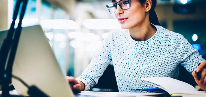 mujer laptop cuaderno oficina